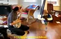 ببین این بچه با صدای ساز مامانش چه میكنه