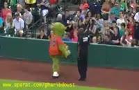 كل كل عروسك رقاص با پلیس در استادیوم !!!