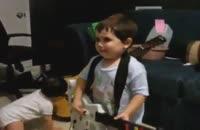 حرکات جالب کودک با گیتار