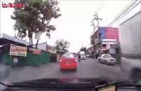 یک زن واقعا بی خیال موتور تصادف