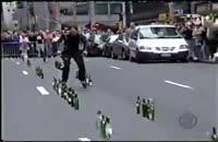 اجرای موسیقی خیابانی با اسكیت و بطری