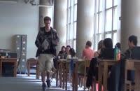 دوربین مخفی حرکت با کفش سوتی بچگانه در محیط دانشگاه!