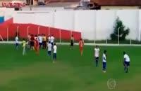 داور فوتبال برای بازیکن هفت تیر کشید.