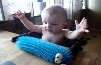 عکس العمل خنده دار از کودک در مقابل چیز