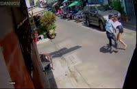 حمله مرد روانی با چاقو به یک دختر جوان در خیابان