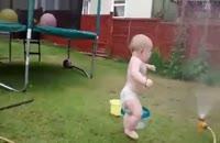 لذت اولین آب بازی کودک