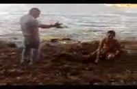 دوربین مخفی ترساندن مردی در كنار ساحل