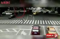شانس موتورسوار.خطر له شدن زیر کامیون