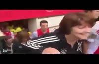 بازیکنان آژاکس همراه مادران خود به زمین رفتند !