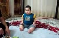 حرص خوردن بچه چاق و بامزه سر سفره غذا:))