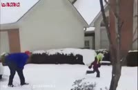 برف بازی پدر و فرزند.پرتاب گوله برفی
